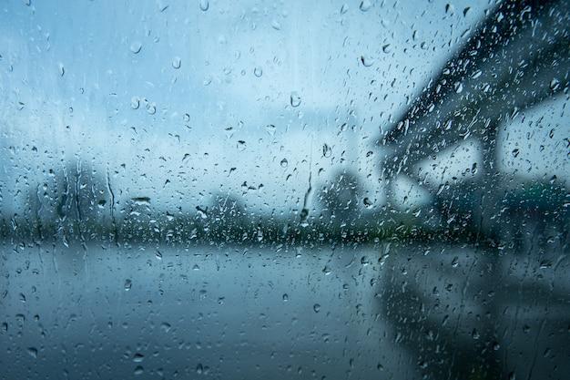 Bei starkem regen besonders um fahrzeuge fahren. regen auf einem autofenster. Premium Fotos