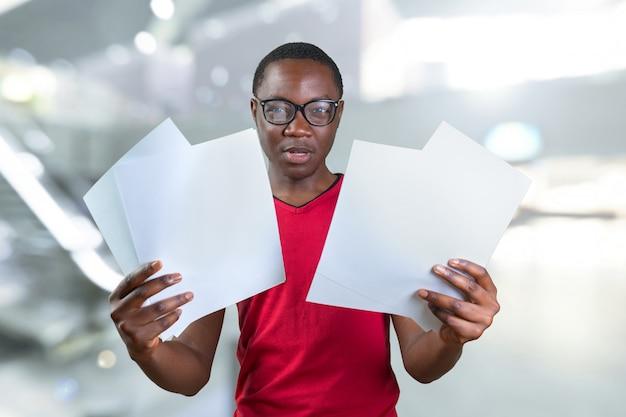 Beiläufiger junger afrikanischer mann Premium Fotos