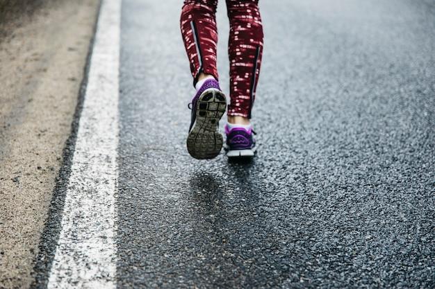 Beine der frau auf der straße laufen Kostenlose Fotos