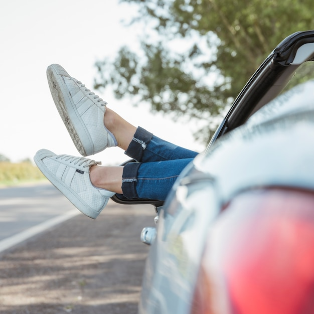 Beine der frau aus dem auto hängen Kostenlose Fotos