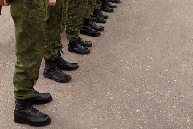 Beine des militärs in den reihen Premium Fotos