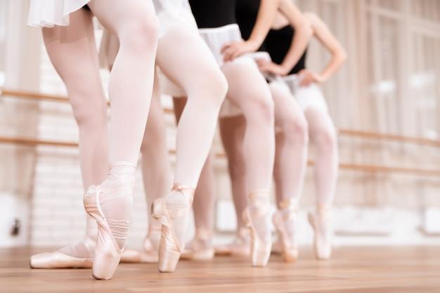 Beine von professionellen balletttänzern in der klasse. Premium Fotos