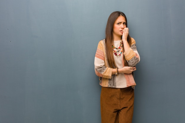 Beißende nägel der jungen hippiefrau, nervös und sehr besorgt Premium Fotos