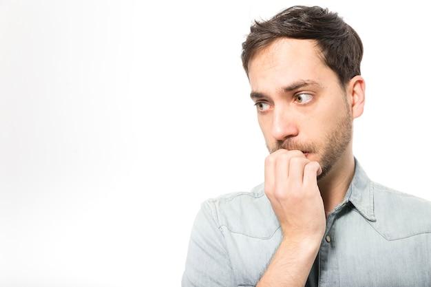 Beißende nägel des nervösen mannes Kostenlose Fotos