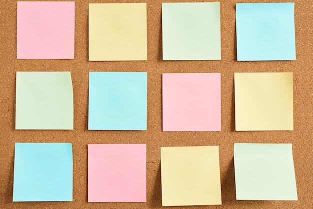 Bekorken sie brett mit anmerkungen eines farbigen papierfreien raumes, abschluss oben Premium Fotos