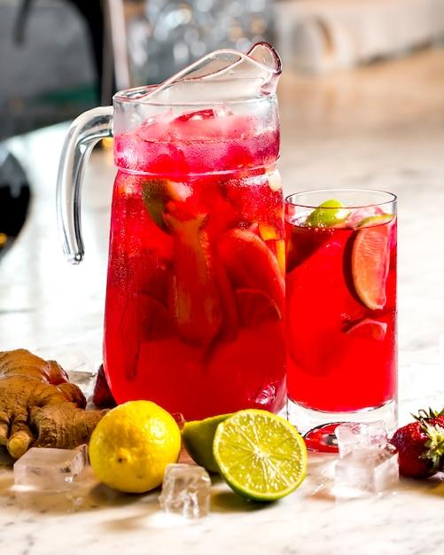 Belebende limonade der frontalansicht mit zitronenlimettenerdbeeren und ingwer Kostenlose Fotos