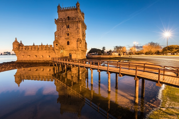 Belem tower in der abenddämmerung in lissabon Premium Fotos