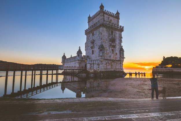 Belem-turm bei sonnenuntergang in lissabon Premium Fotos
