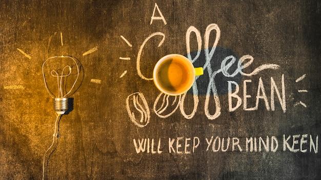Beleuchten sie über der kaffeetasse mit schriftlichem text auf tafel Kostenlose Fotos
