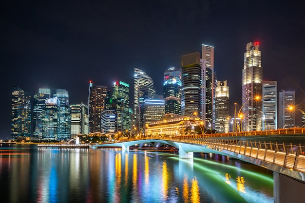 Beleuchtete wolkenkratzer in der nacht Kostenlose Fotos