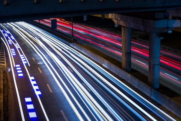 Beleuchtung schnell fahrenden autos, lange verschlusszeit mit einem stativ Premium Fotos