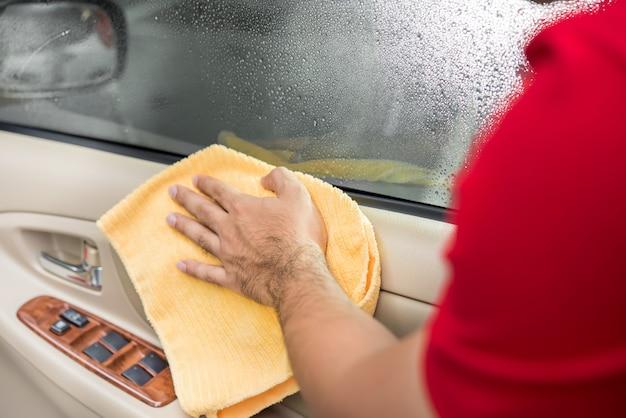 Bemannen sie reinigungsauto-innentürplatte mit microfiber stoff. Premium Fotos