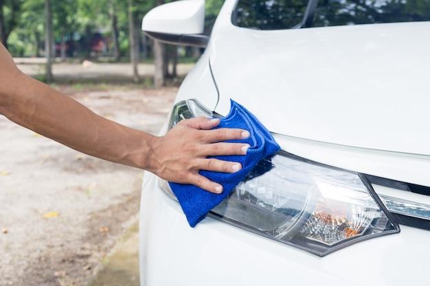 Bemannen sie reinigungsauto mit mikrofasertuch - autodetails und reinigungskonzepte Premium Fotos