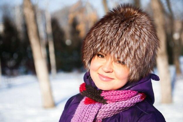 Bemuttern sie und ihre kleine tochter, die schönen wintertag genießt Premium Fotos