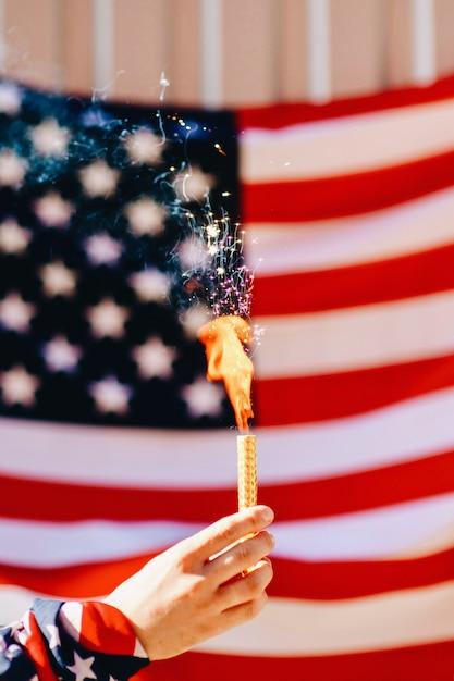Bengalisches feuer auf dem hintergrund der flagge von amerika Premium Fotos