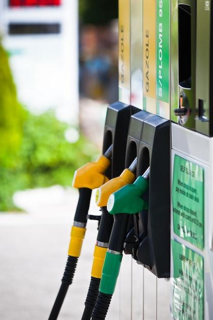 Benzinpumpen an der tankstelle Premium Fotos