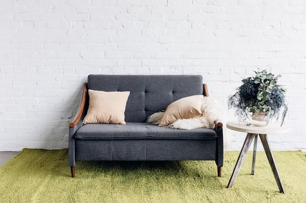 Bequeme Couch Im Modernen Wohnzimmer Mit Weißer Mauer Und Blumentopf Auf  Dem Tisch Premium Fotos