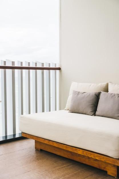 Bequemes kissen auf balkon der sofadekoration im freien Kostenlose Fotos