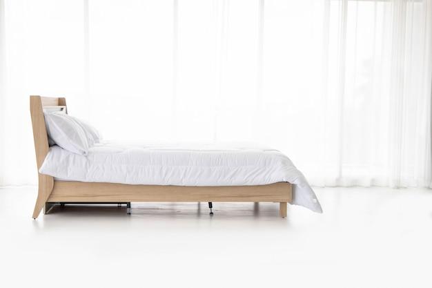 Bequemes schlafsofa entspannen im schlafzimmer hintergrund der weißen raumvorhänge Premium Fotos