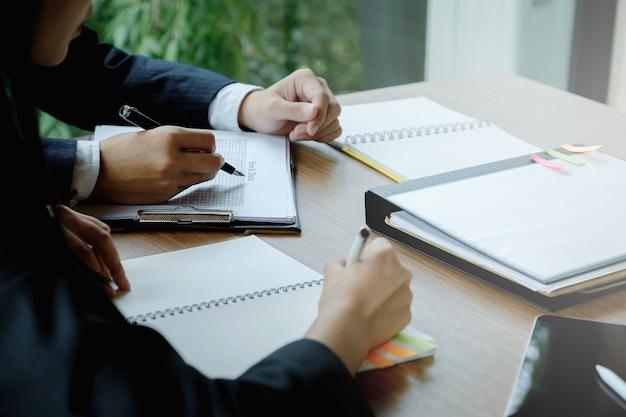 Beratung der fondsmanager und diskussion über die analyse des aktienmarktes. Premium Fotos