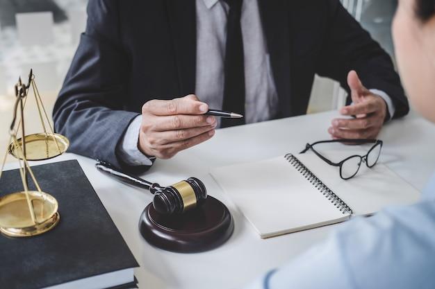Beratung von männlichen anwälten und geschäftsfrau, die in einer anwaltskanzlei arbeiten und diskutieren Premium Fotos
