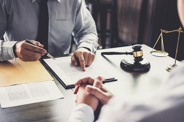 Beratung zwischen einem geschäftsmann und einem männlichen anwalt oder richter konsultieren mit teamtreffen wi Premium Fotos
