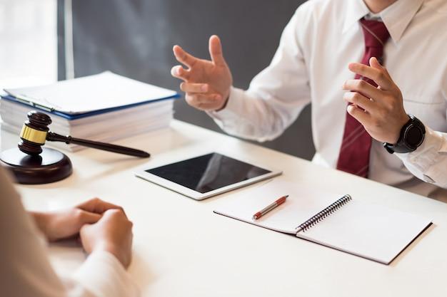 Beratung zwischen einem männlichen anwalt und einem geschäftskunden über gesetze und vorschriften. Premium Fotos