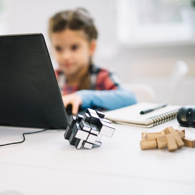 berechnen sie das puzzlespiel vor dem m dchen das laptop. Black Bedroom Furniture Sets. Home Design Ideas