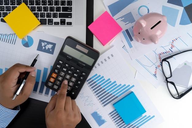 Berechnen sie die zahlen, finanzbuchhaltung diagramm finanziell mit sozialem netzwerkdiagramm Premium Fotos