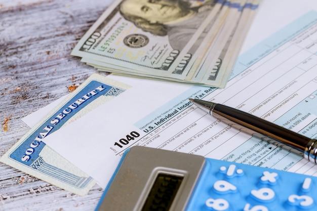 Berechnung der zahlen für die einkommensteuererklärung mit dem taschenrechner Premium Fotos