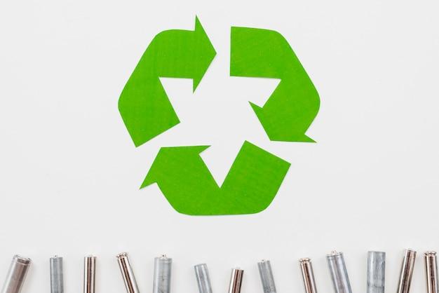 Bereiten sie symbol- und abfallbatterien auf grauem hintergrund auf Kostenlose Fotos