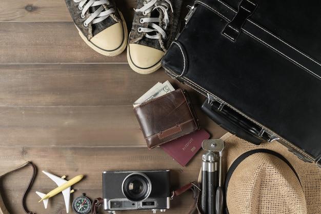 Bereiten sie zubehör für die reise auf vintage-ton vor Premium Fotos