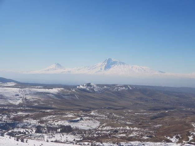 Berg ararat, umgeben von schneebedeckten feldern unter sonnenlicht tagsüber in armenien Kostenlose Fotos