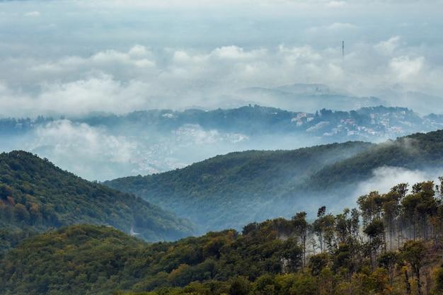Berg medvednica in zagreb unter dem bewölkten himmel Kostenlose Fotos