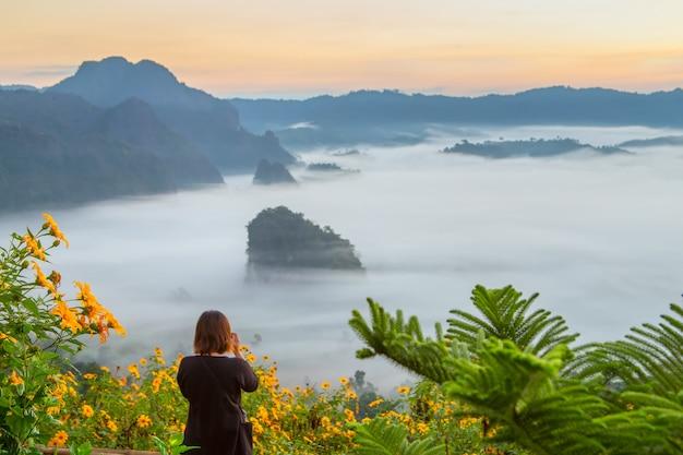 Berg- und blumenansichten nationalparks phu langka, thailand Premium Fotos