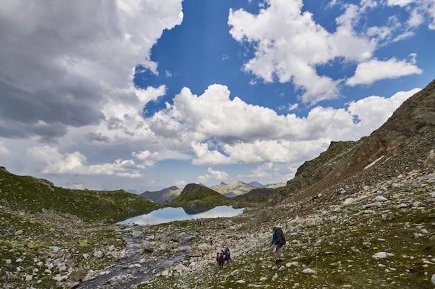 Berge des kaukasus reichen arkhyz, sofia see, bergsteigen, wandern und wandern. fabelhafte berge des kaukasus im sommer. große wasserfälle und tiefblaue seen. erholung im freien Premium Fotos