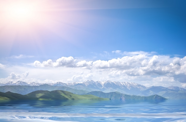 Berge, meer und bewölkter blauer himmel Premium Fotos