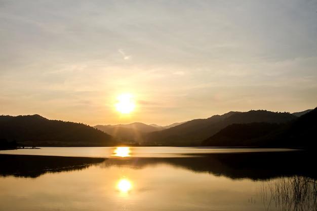 Berge während des sonnenuntergangs und des sees. schöne naturlandschaft im sommer Premium Fotos