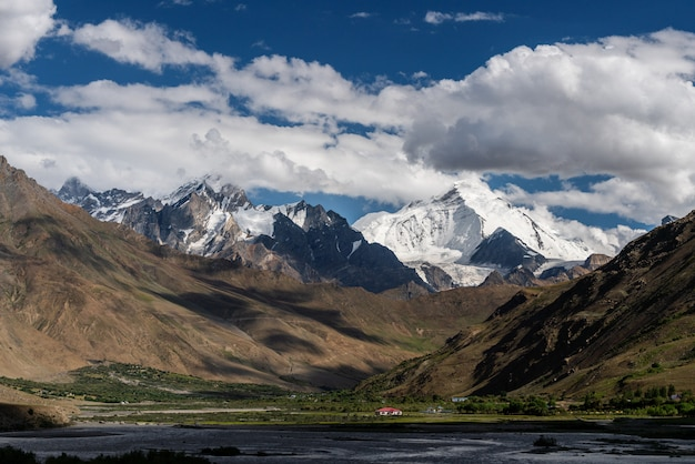 Berglandschaft im landschaftsgebiet von nordindien Premium Fotos