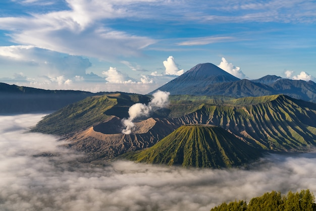 Berglandschaft mit nebel Kostenlose Fotos