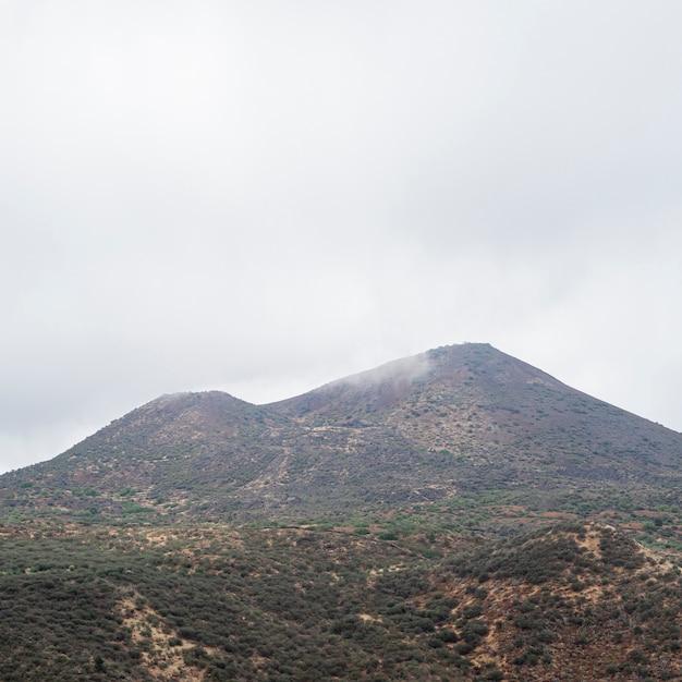 Bergspitze an einem bewölkten tag Kostenlose Fotos