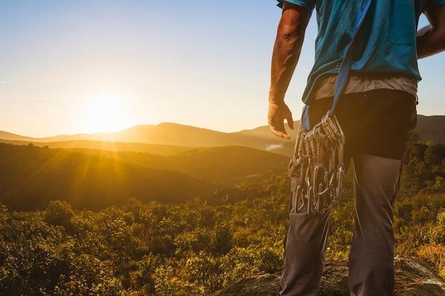 Bergsteiger blick auf eine sonnenuntergang landschaft Kostenlose Fotos