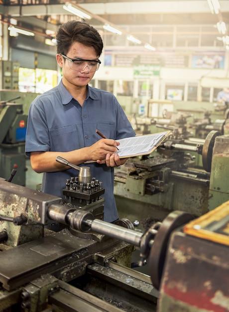 Bericht des fabrikarbeiters Premium Fotos