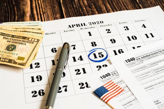 Berichtet in einem kalender am tag der zahlung der steuer mit formular 1040 Premium Fotos
