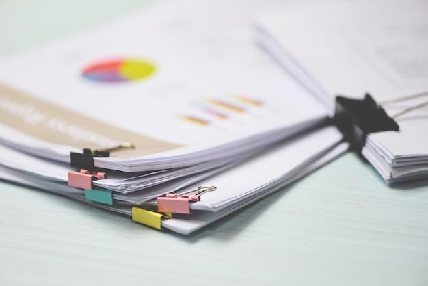 Berichtspapier dokument präsentieren finanz- und geschäftsbericht Premium Fotos