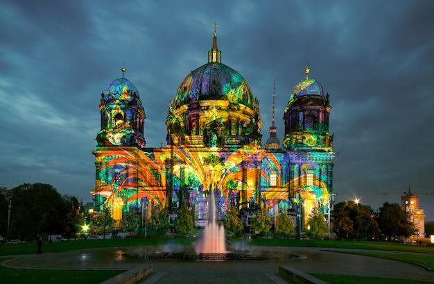 Berliner dom bei nacht Premium Fotos