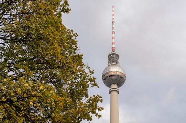 Berliner skyline mit berühmtem fernsehturm bei alexanderplatz und drastischem cloudscape bei sonnenuntergang, deutschland Premium Fotos