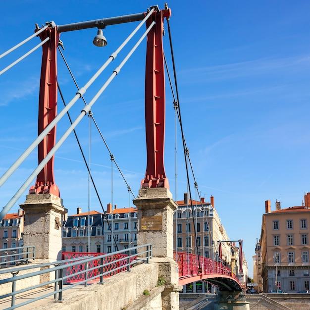 Berühmte rote fußgängerbrücke in lyon, frankreich, europa. Kostenlose Fotos
