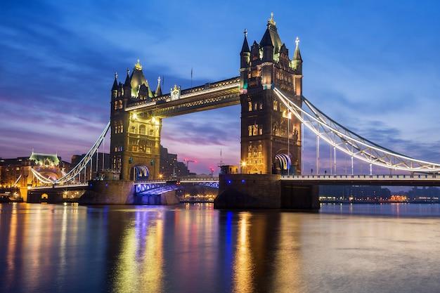 Berühmte tower bridge am abend, london, england Kostenlose Fotos