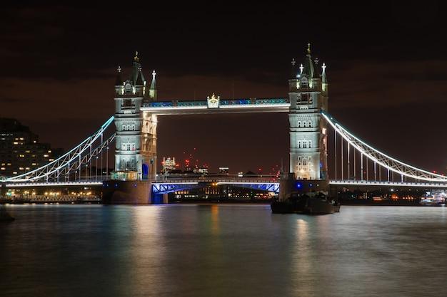 Berühmte tower bridge in london mit nachtlichtern beleuchtet Kostenlose Fotos